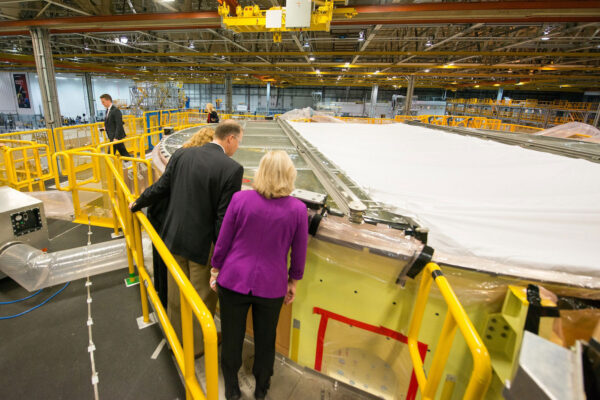 Administrátor NASA si prohlíží první letový exemplář motorové sekce rakety SLS během své návštěvy Michoudova střediska.