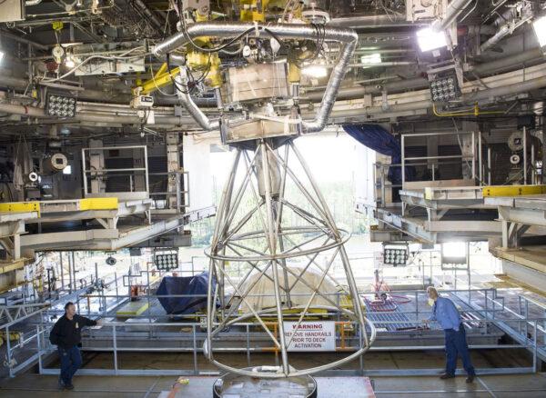 V květnu se na stanovišti A-1 s pomocí hmotnostní makety motoru RS-25 testoval systém řízení vektorování tahu.