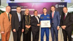 Matthias Maurer se oficiálně stává astronautem.