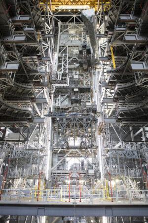 Mobilní vypouštěcí plošina v hale VAB, 11. září