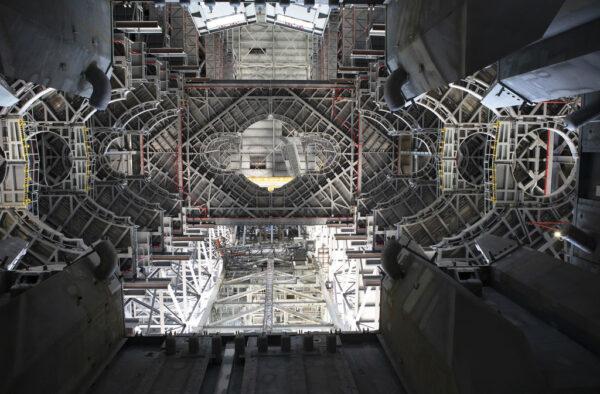 Pohled vzhůru skrz otvor ve vypouštěcí plošině ve VAB, 11. září.