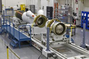 Sestavování záchranné věžičky pro test AA-2 v budově LASF, 11. září
