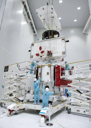 Cvičné usazení dvou vědeckých sond na přeletový/transportní modul MTM.