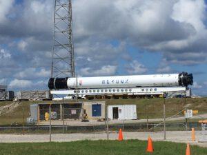 Zbrusu nový první stupeň Falconu 9 s výrobním označením B1049 se do montážní haly HIF dostal jen pár hodinp o startu Falconu s družicí Merah Putih.