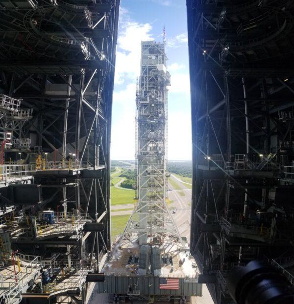 Vypouštěcí plošina vjíždí do VAB