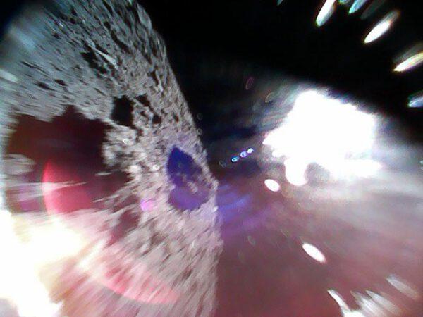 Záběr z MINERVA krátce po oddělení od Hayabusy 2