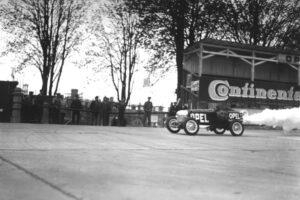 Oficiální premiéra raketového vozu Opel RAK 1 v Rüsselsheimu nad Mohanem 11. dubna 1928. Z události se přes noc stala senzace.