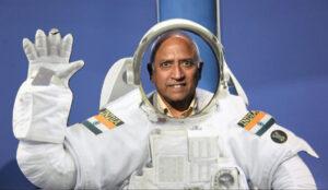 Rakesh Sharma pózuje za indickým skafandrem