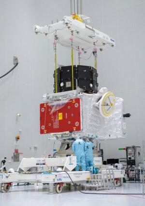 Japonská sonda MMO byla na kosmodromu v Kourou usazena na evropskou sondu MPO.