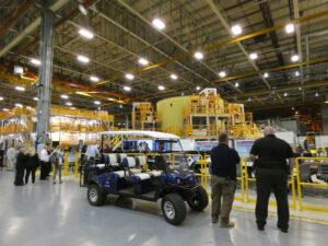 Motorová sekce centrálního stupně CS-2 uprostřed pracovního prostoru, motorová sekce CS-1 vlevo, 13. srpna