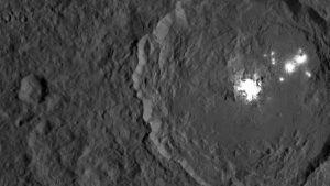 Kráter Occator s bílou skvrnou bohatou na soli