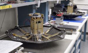 Letový a záložní exemplář systému ADEPT v plně rozloženém stavu - součástí zkoušky byl i simulátor nákladu o velikosti 3U cubesatu. Systém je však snadno škálovatelný do větších rozměrů.