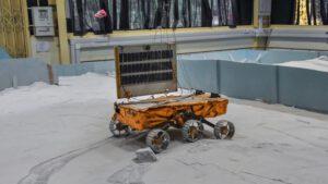 Rover Chandrayaanu-2 v testovacím zařízení ISRO v Challakere