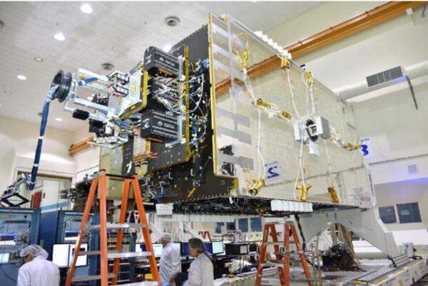 Výroba družice Telstar 18V/APSTAR 5C