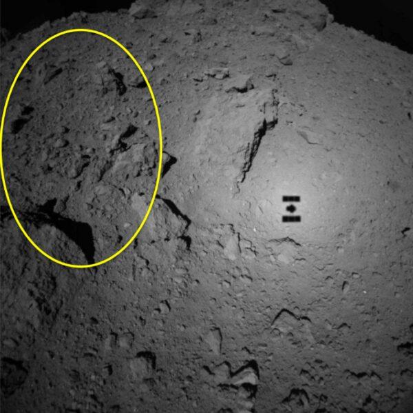 Kamera ONC-W1 na sondě Hayabusa 2 pořídila tento snímek z výšky 70 metrů.