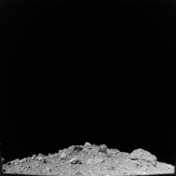 Kamera ONC-W2 na sondě Hayabusa 2 pořídila tento snímek z výšky 67 metrů.