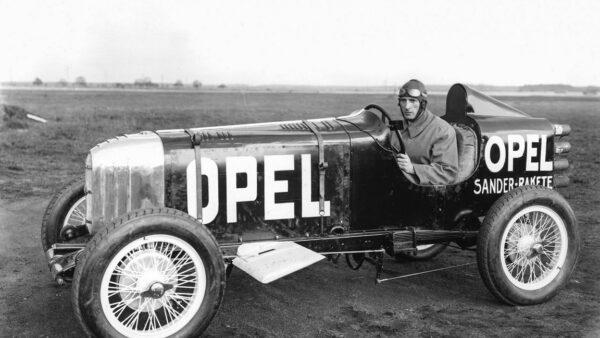 První raketový automobil Opel RAK 1 s technikem a zkušeným pilotem Kurtem Volkhartem před památným startem.