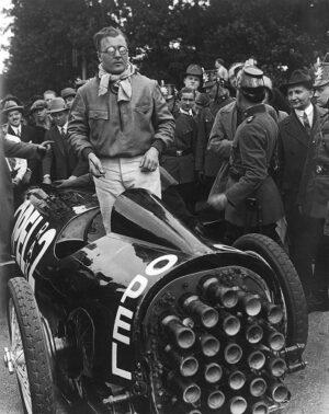 """""""Raketový Fritz"""" po nástupu do kokpitu rozdával poslední autogramy. Muž v kravatě vlevo je Otto Willi Gail, autor románu: """"Raketou do Měsíce""""."""