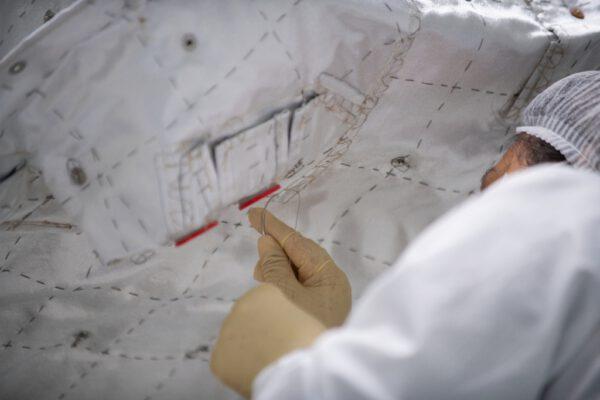 Detail zobrazující titěrnou práci během přišívání tepelně-izolační pokrývky na přeletový modul MTM.