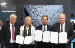 Pascale Ehrenfreund(vlevo), Hiroshi Yamakawa (uprostřed) a Jean-Yves Le Gall (vpravo) s podepsanou dohodou o přípravě francouzsko-německého modulu pro misi MMX.