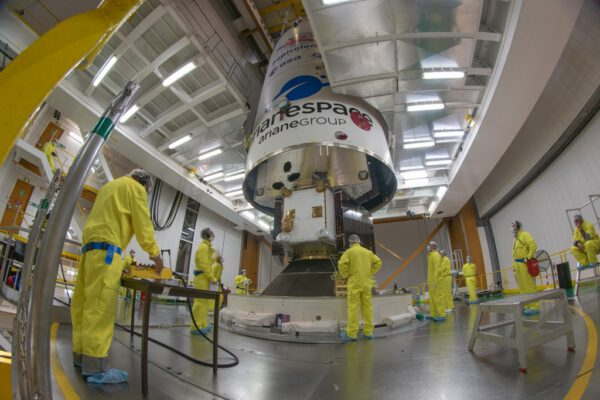 Uzavírání BepiColombo do aerodynamického krytu Ariane 5. Dole můžeme vidět přeletový modul MTM se složenými solárními panely o rozpětí 30 metrů. Hned nad ním je vidět evropská družice MPO s již nainstalovanými lamelami radiátoru, o kterých jsme psali výše.