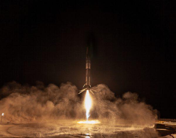 Poprvé na Západním pobřeží USA přistává první stupeň Falconu 9