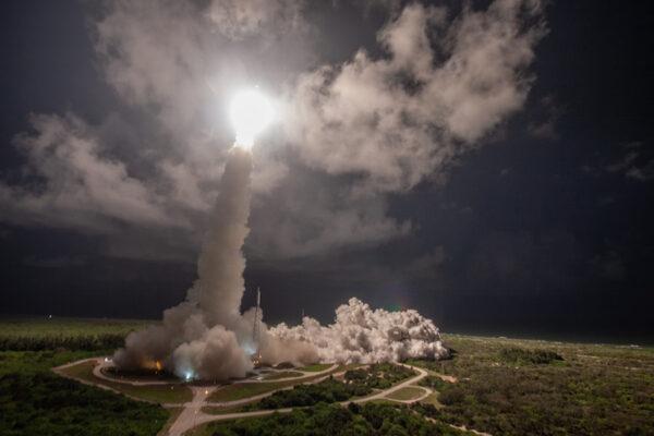 Motory osvěcují startovní rampu Atlasu 5