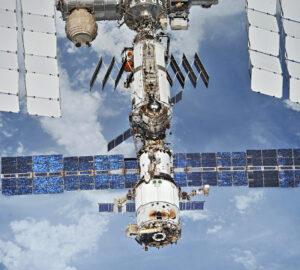 Ruský modul Zarja v horní části snímku (se složenými fotovoltaickými panely) a pod ním se vidíme ruský modul Zvezda. U jeho zadního dokovacího portu (zde je neobsazený) se možná nachází zdroj úniku vzduchu.