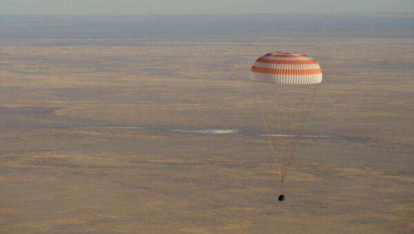 Sojuz MS-08 se snáší na padáku k Zemi