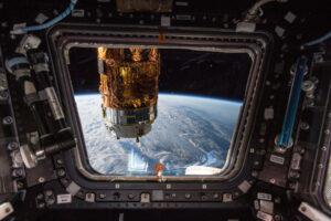 Snímek Alexandra Gersta zachycuje loď HTV-7 s vyjmutou paletou s bateriemi.