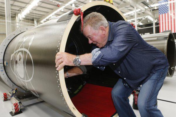 J. T. Kirk kontroluje novou továrnu na výrobu raket Electron