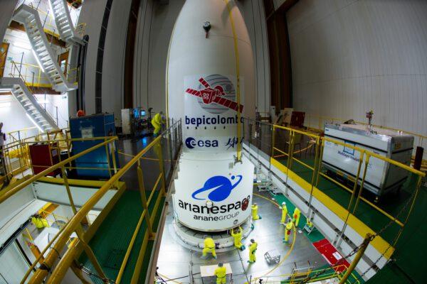 BepiColombo pod aerodynamickým krytem rakety Ariane 5