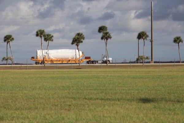 Dvoumotorový stupeň Centaur přepravován na Floridu