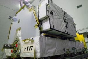 Paleta s novými akumulátory dovezená lodí HTV-7.
