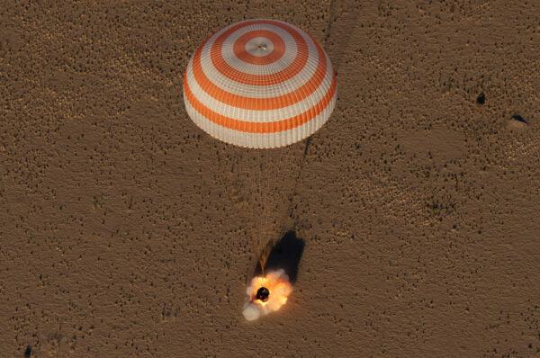 Okamžik zážehu přistávacích motorů těsně před přistáním Sojuzu MS-08