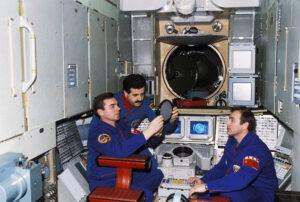 Posádka Sojuzu TM-3 (Zleva: Viktorenko, Fariz, Alexandrov)