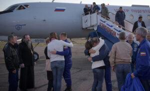 Alexej Ovčinin a Nick Hague se setkávají s rodinami.