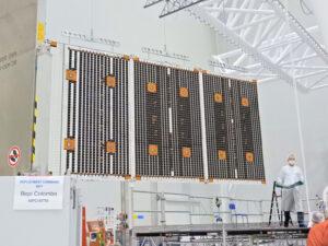 Solární panel MPO během testů rozkládání na evropském kosmodromu CSG v Kourou 31. 7. 2018.