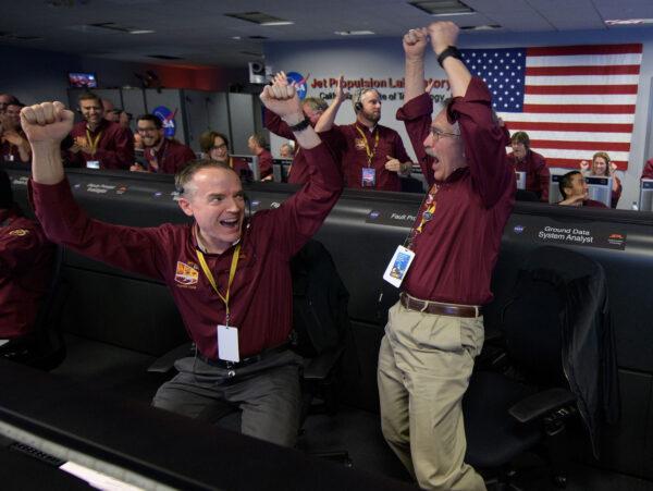 Neskrývané nadšení po přistání sondy InSight zavládlo v řídícím středisku JPL. Není se co divit, mnozí členové týmu věnovali této misi velkou část svého života.