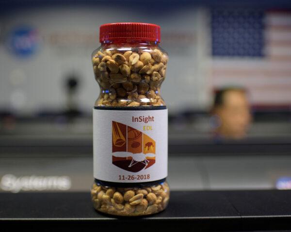 Tradice se musí dodržovat. V řídícím středisku proto nemohly chybět arašídy, které nosí při přistáních na Marsu štěstí.