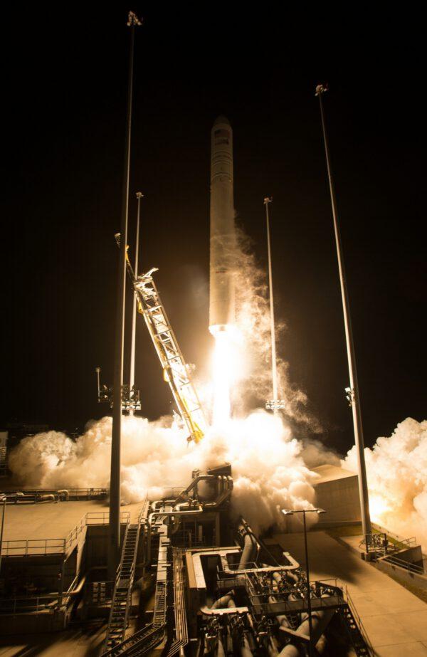 Start Antares 230 s lodí Cygnus NG-10