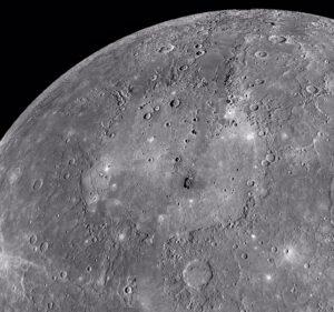 Impaktní pánev Caloris zaujímá značnou část povrchu Merkuru.