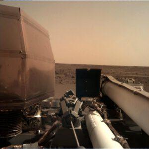 První snímek z kamery Instrument Deployment Camera, která bude sledovat ukládání přístrojů na povrch Marsu.
