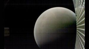 Deset minut po přistání sondy InSight pořídila kamera na cubesatu MarCO fotografii Marsu.