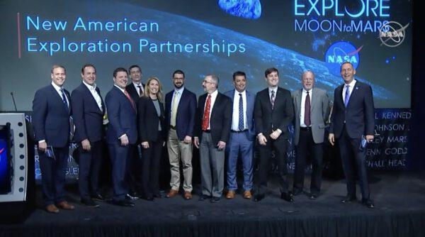 Společná fotografie zástupců NASA a devíti vybraných firem, které nabízí lunární landery.