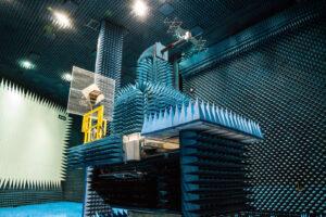 Zmenšený model sondy JUICE v komoře Hertz.
