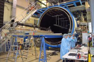 Testovací exemplář ramene MAG pro strukturální a tepelné zkoušky před vakuovou komorou.