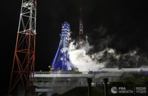 Sojuz 2-1b s družicí z řady Uragan-M čeká na kosmodromu Pleseck na start.