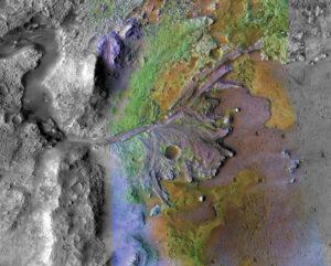 Kráter Jezero na složeném snímku, který vznikl kombinací dat z dvou přístrojů sondy MRO - Compact Reconnaissance Imaging Spectrometer for Mars a Context Camera.