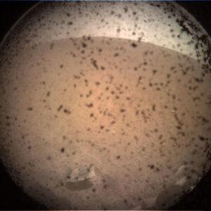 První snímek sondy InSight na povrchu Marsu byl na Zemi přenesený přes cubesaty MarCO.